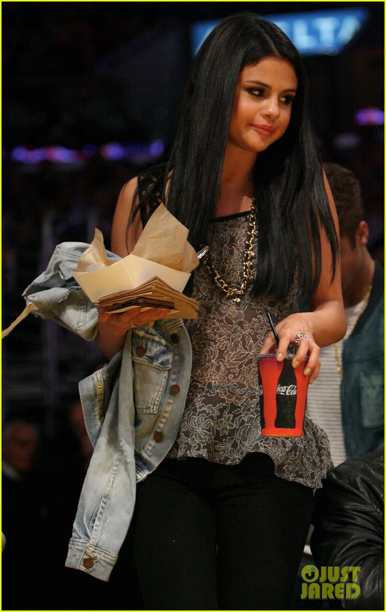 justin bieber selena gomez lakers game kiss 03