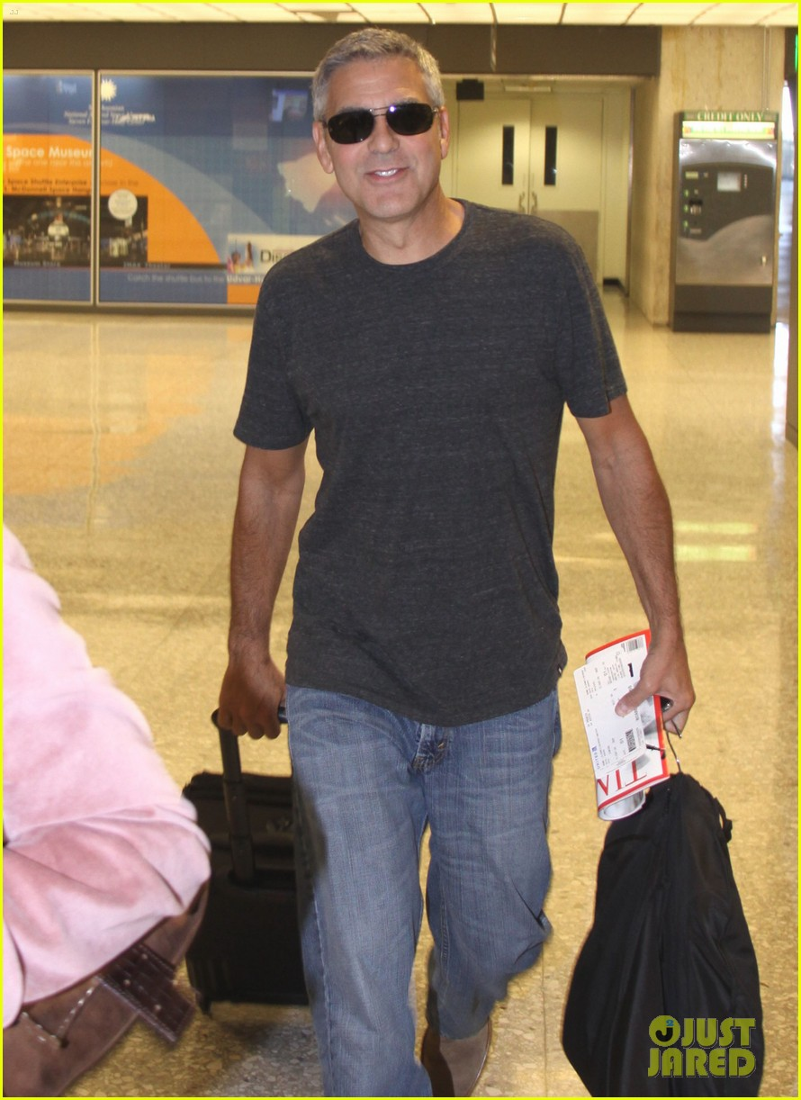 george clooney dulles airport 01