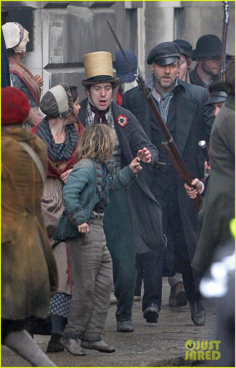 russell crowe eddie redmayne les miserables men 11