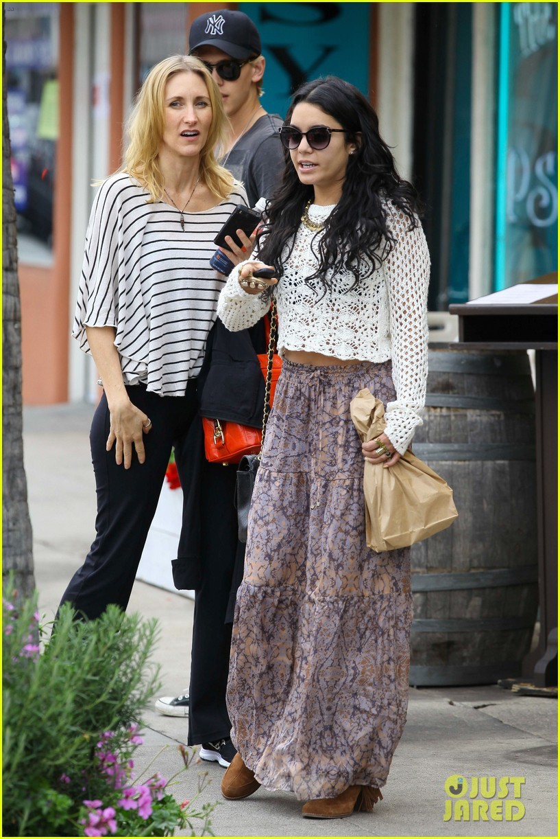 Vanessa Hudgens: Lunch with Austin Butler & His Mom!