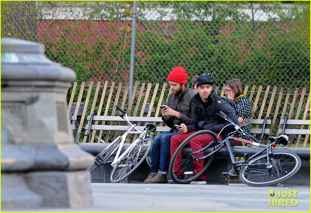 joe jonas biking nyc 02