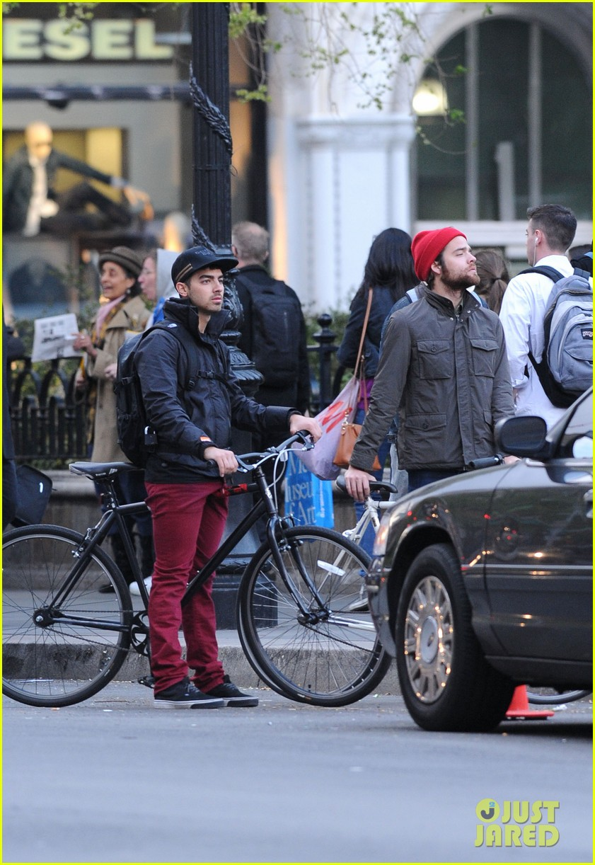 joe jonas biking nyc 06