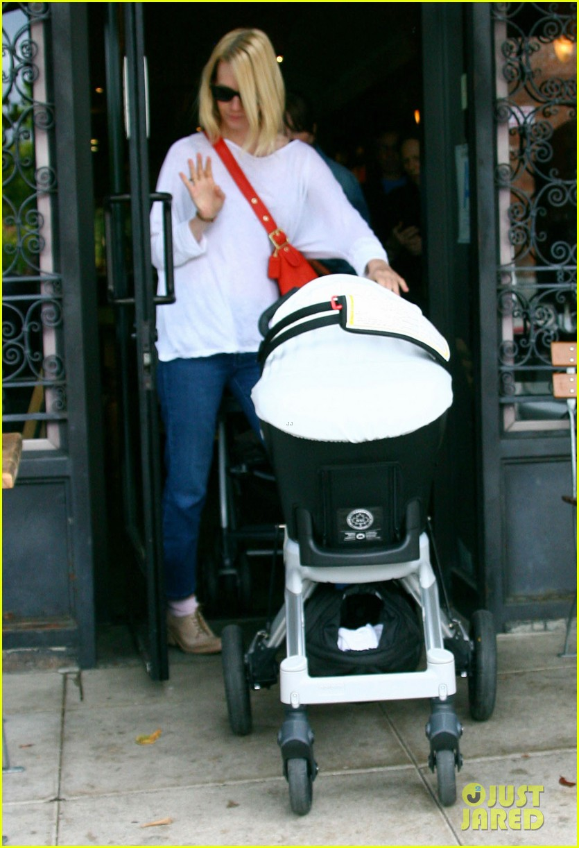 january jones lunch with baby xander 18