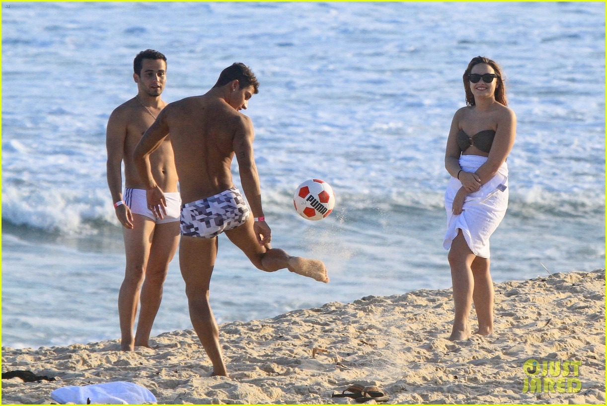 demi lovato flirts on beach 08