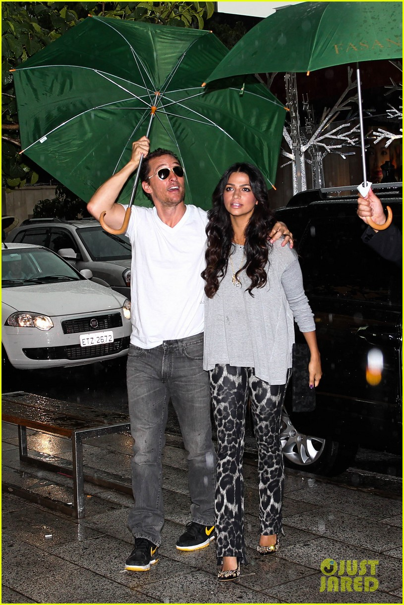 mathew mcconaughey and camila umbrella 052648697