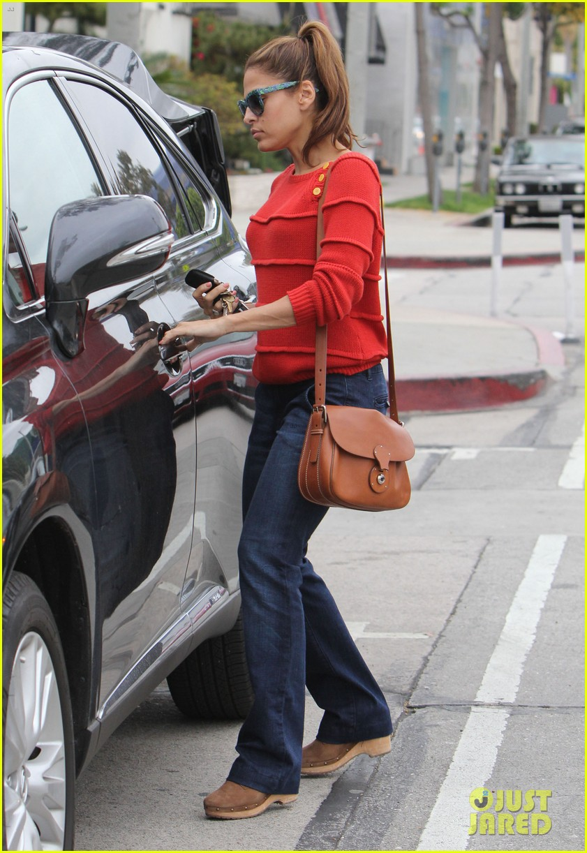 eva mendes red sweater shopping 03