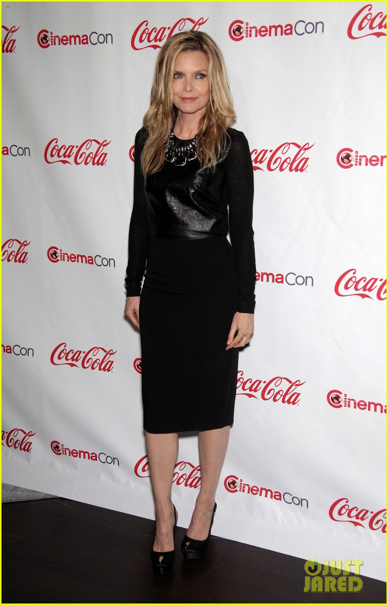 chloe moretz michelle pfeiffer cinemacon awards 03