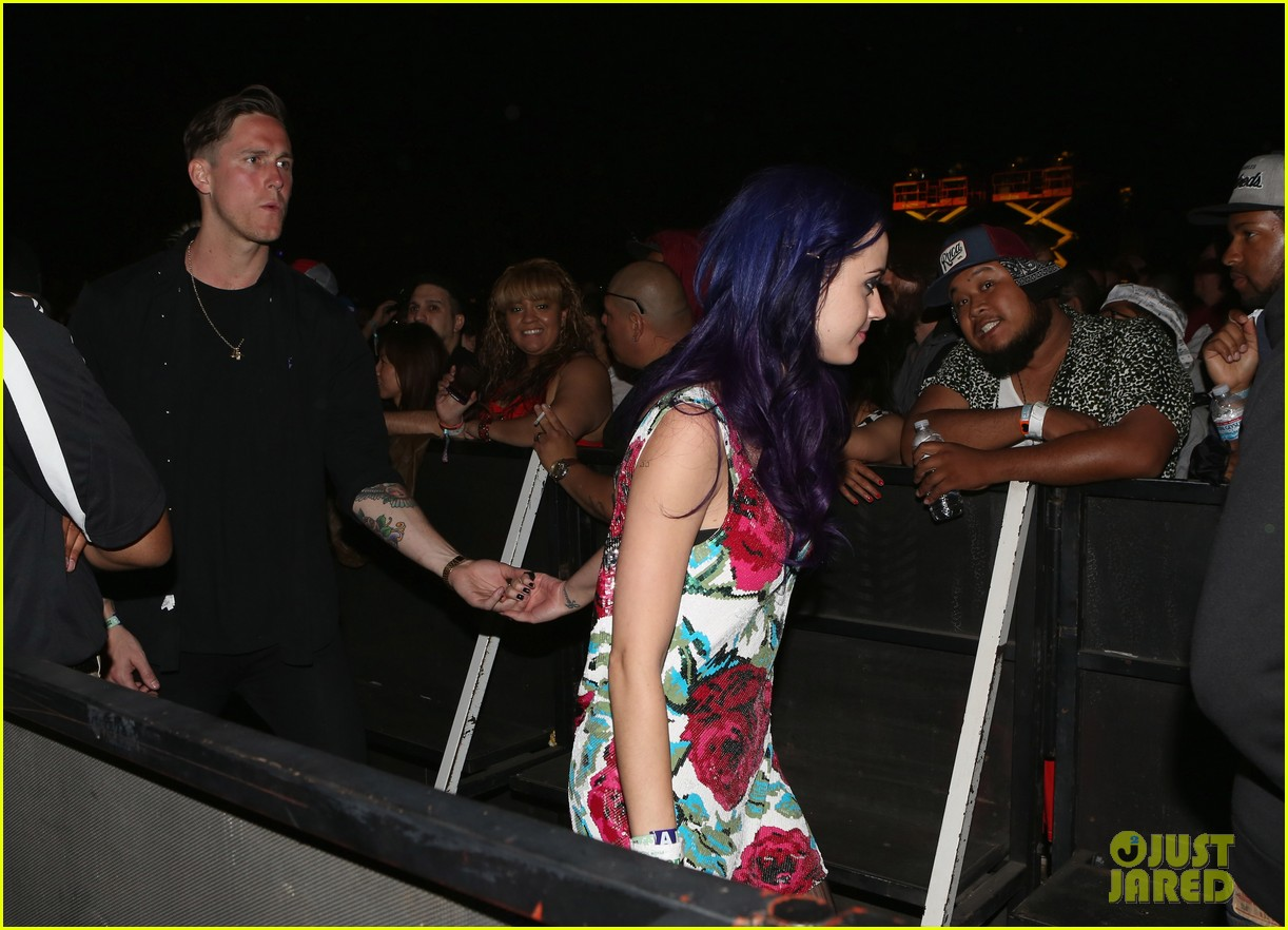 katy perry holding hands robert ackroyd 03