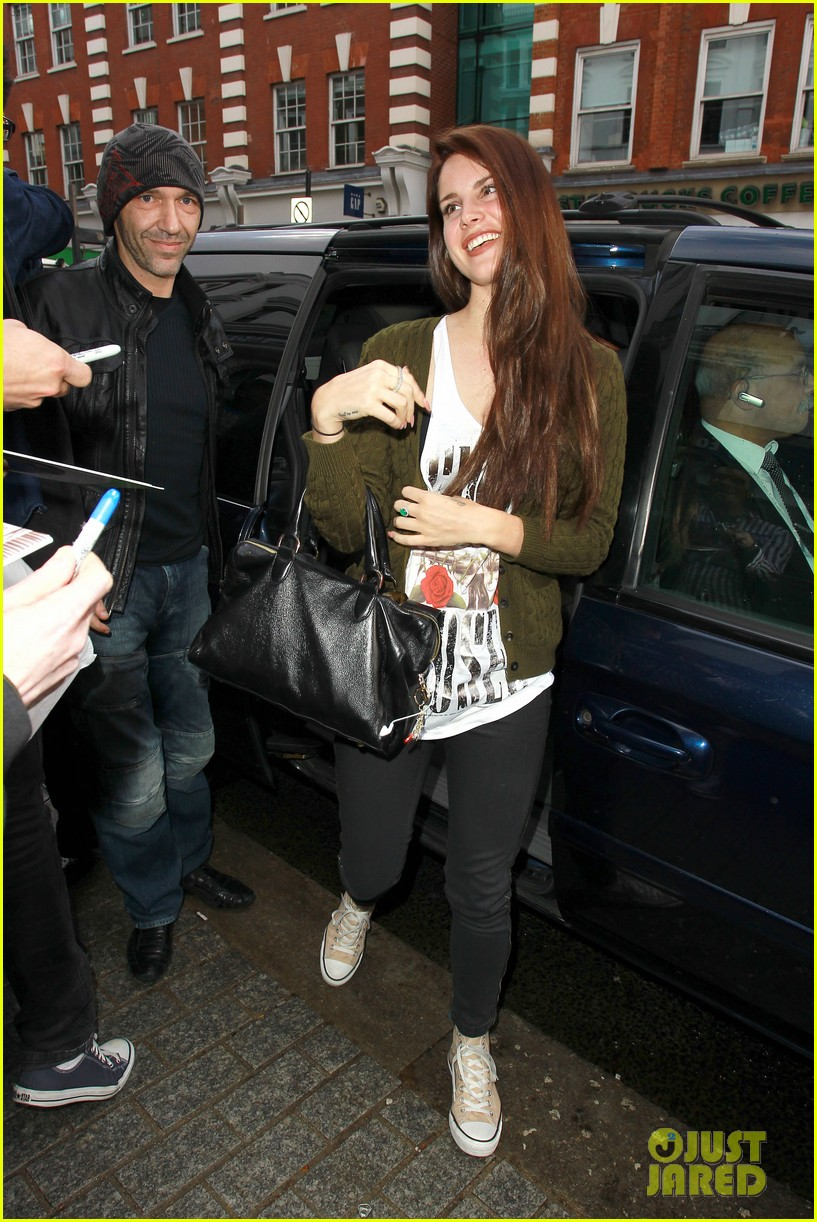 lana del rey wears guns n roses t shirt 04