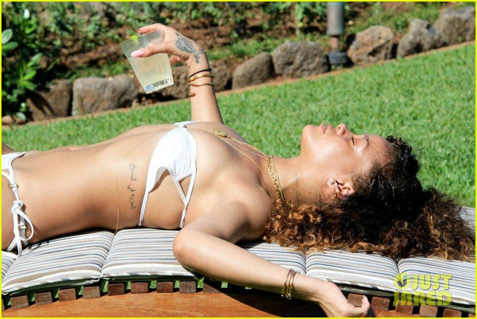 rihanna topless hawaii 004