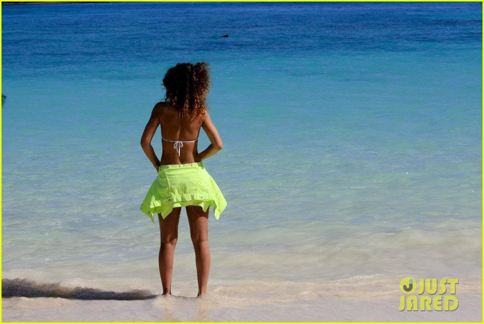 rihanna topless hawaii 160