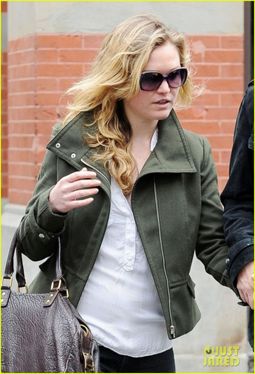 julia stiles david harbour shopping 052651298