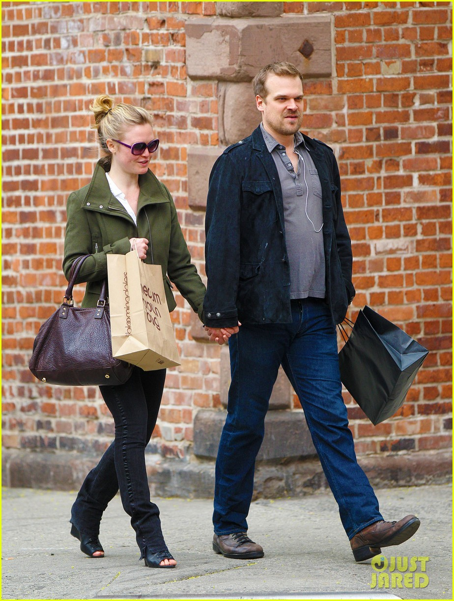 julia stiles david harbour shopping 06