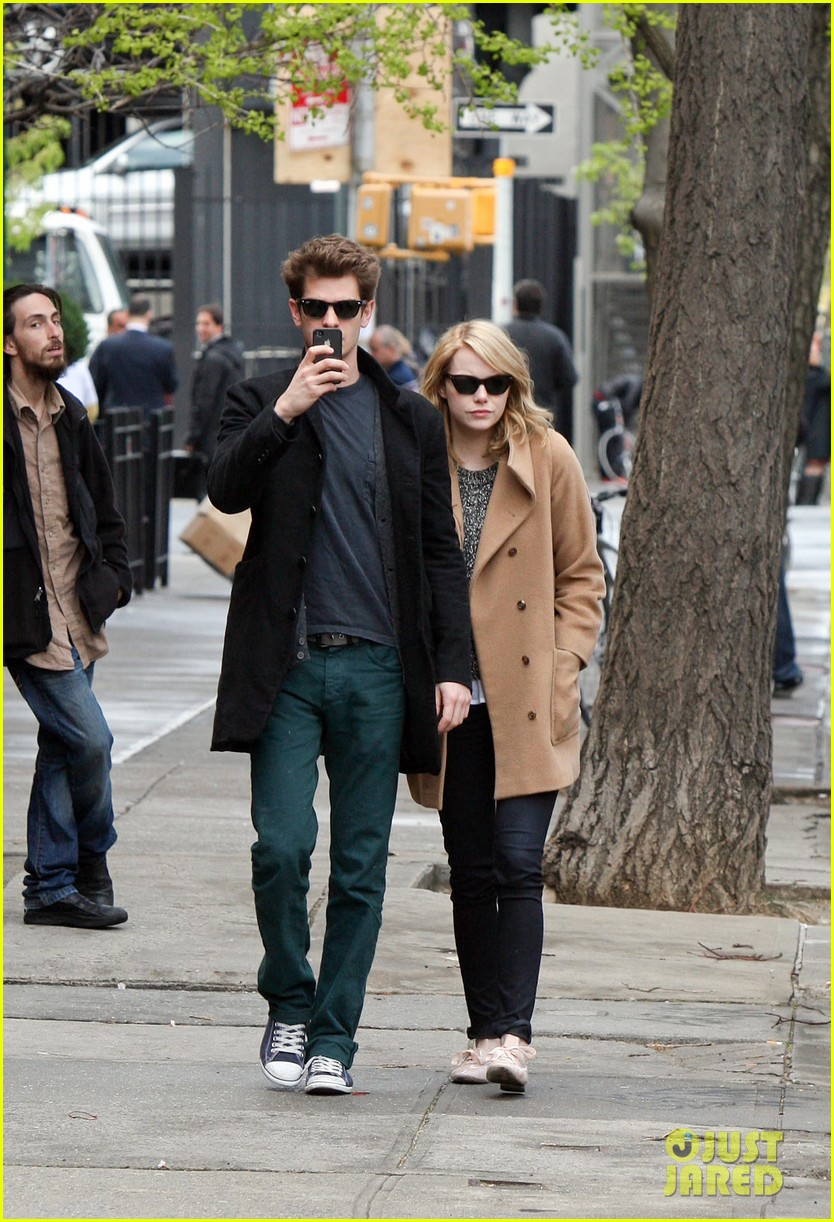 emma stone andrew garfield cuddle close 01