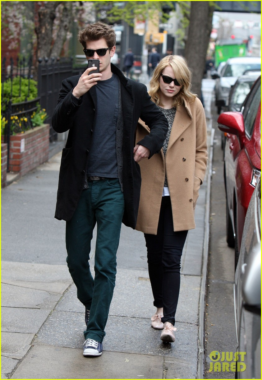 emma stone andrew garfield cuddle close 03