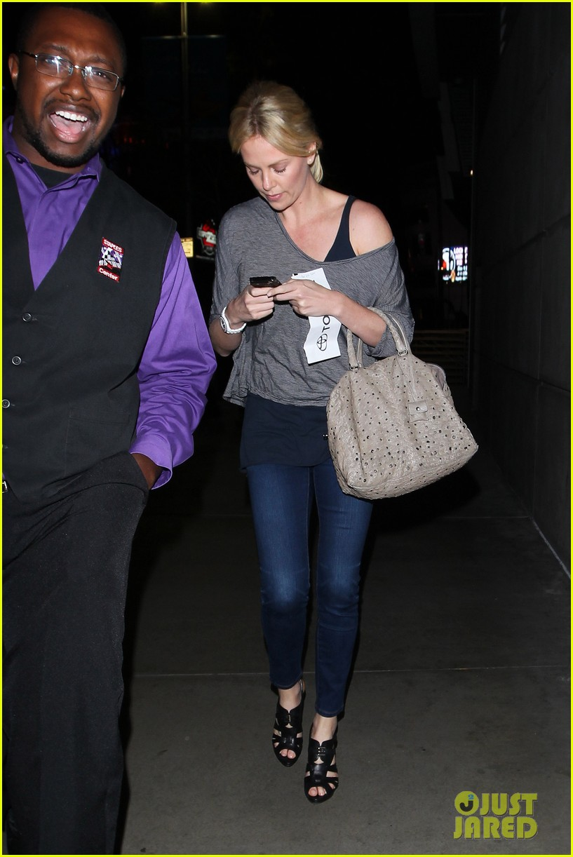 charlize theron lakers game with mom 052650460