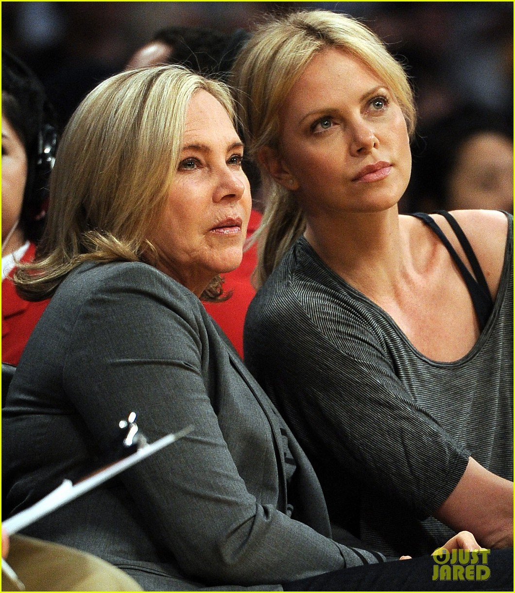 charlize theron lakers game with mom 09