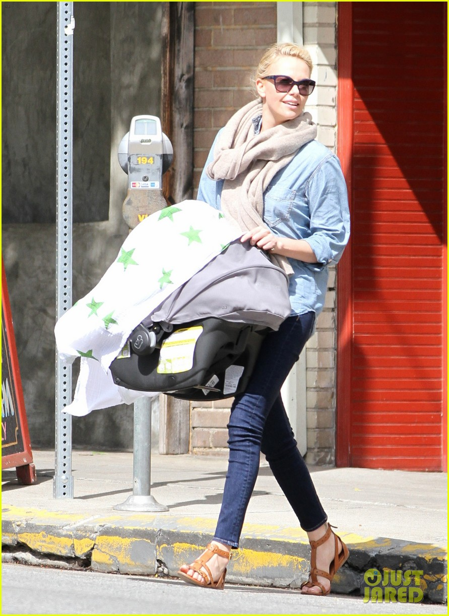 charlize theron little doms lunch with baby jackson 07