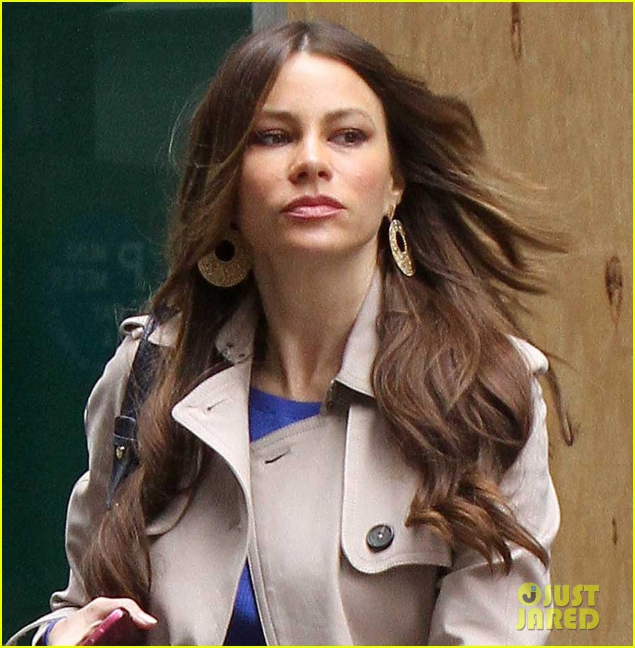sofia vergara windy hair day 04