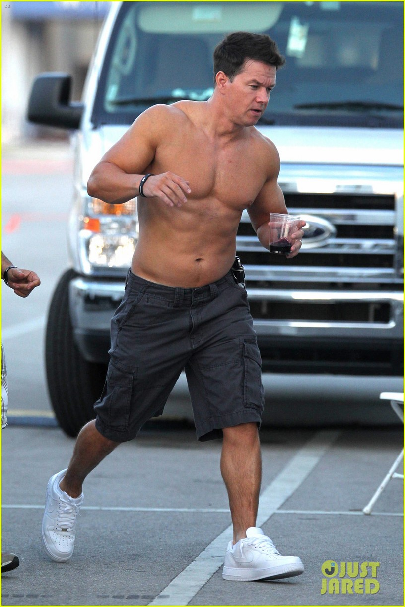 mark wahlberg shirtless break between scenes 10