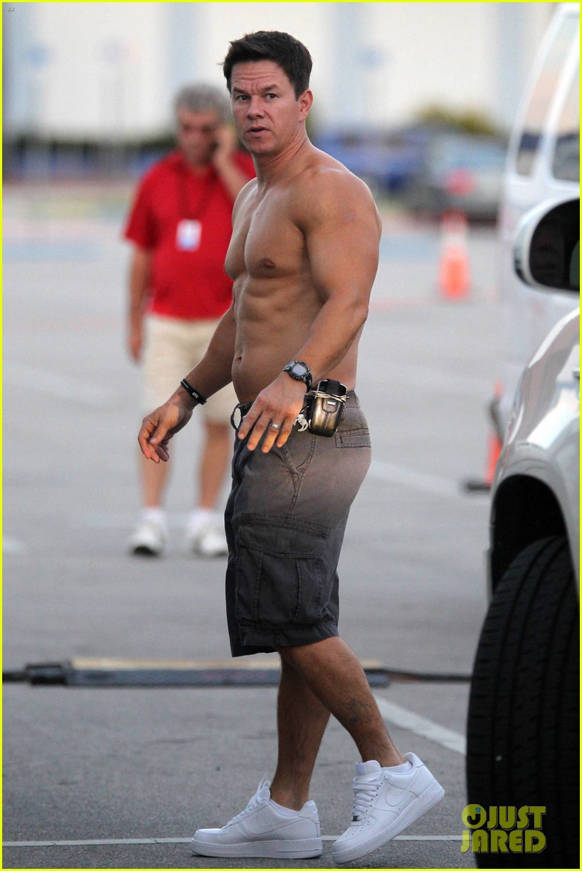 mark wahlberg shirtless break between scenes 12