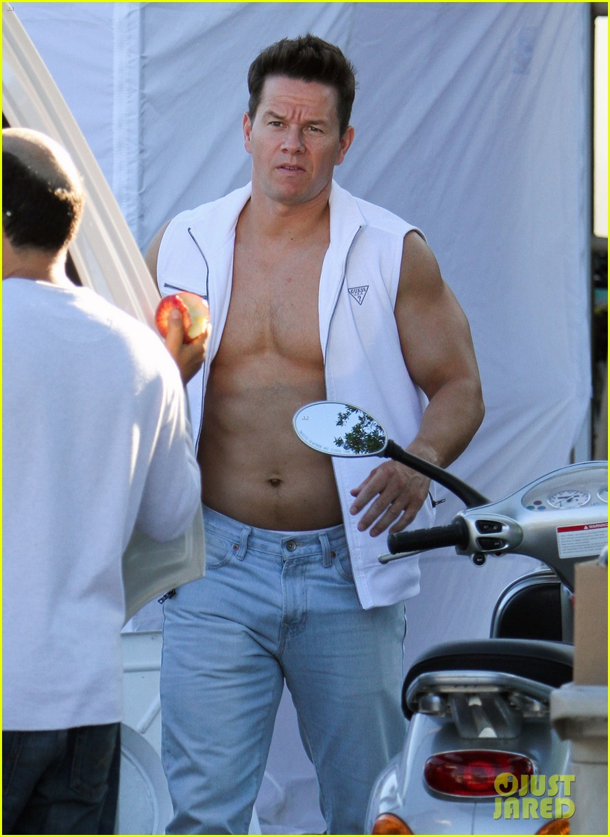 mark wahlberg white vest 02