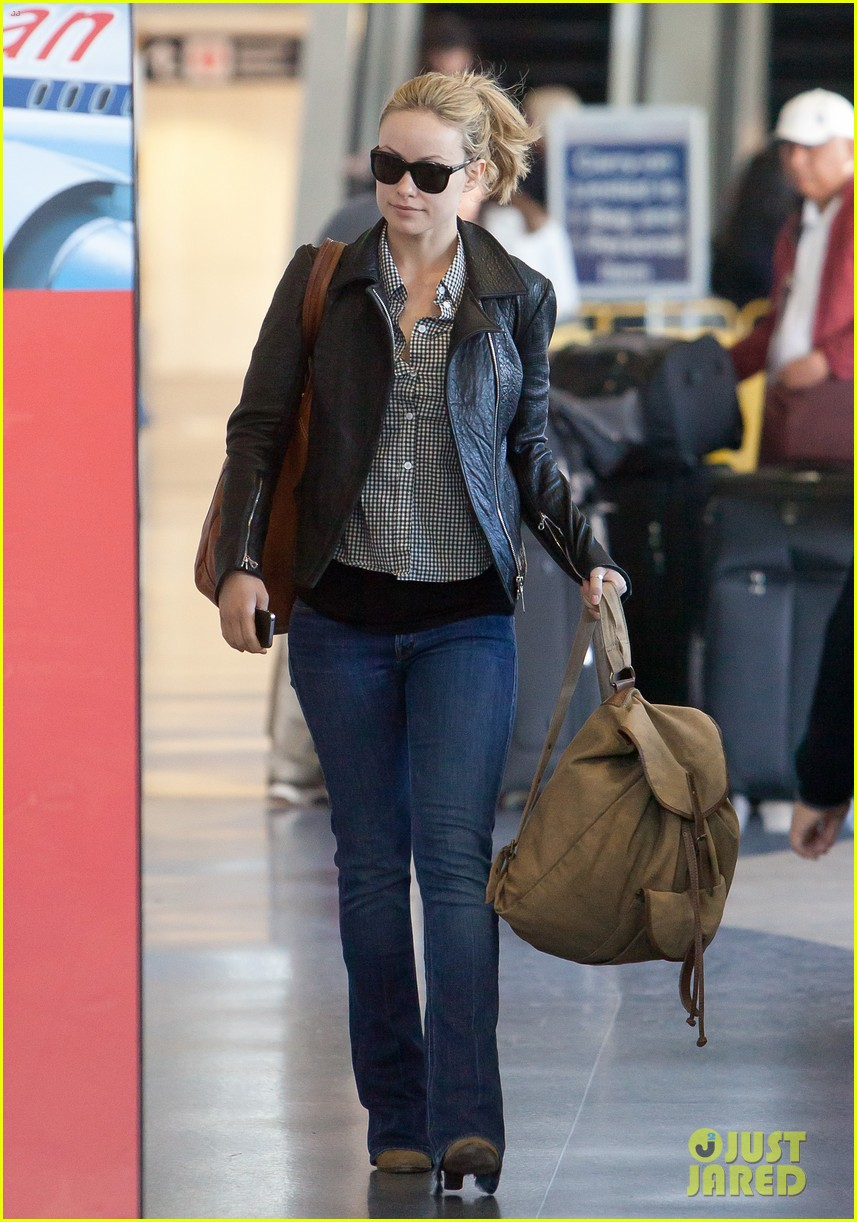 olivia wilde leaves lax 03