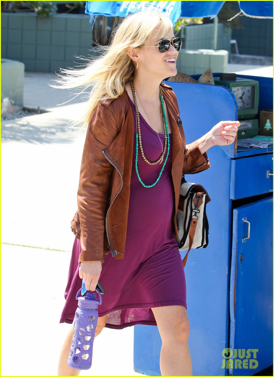 reese witherspoon baby bump at lunch 02