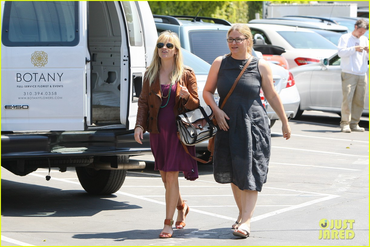reese witherspoon baby bump at lunch 08