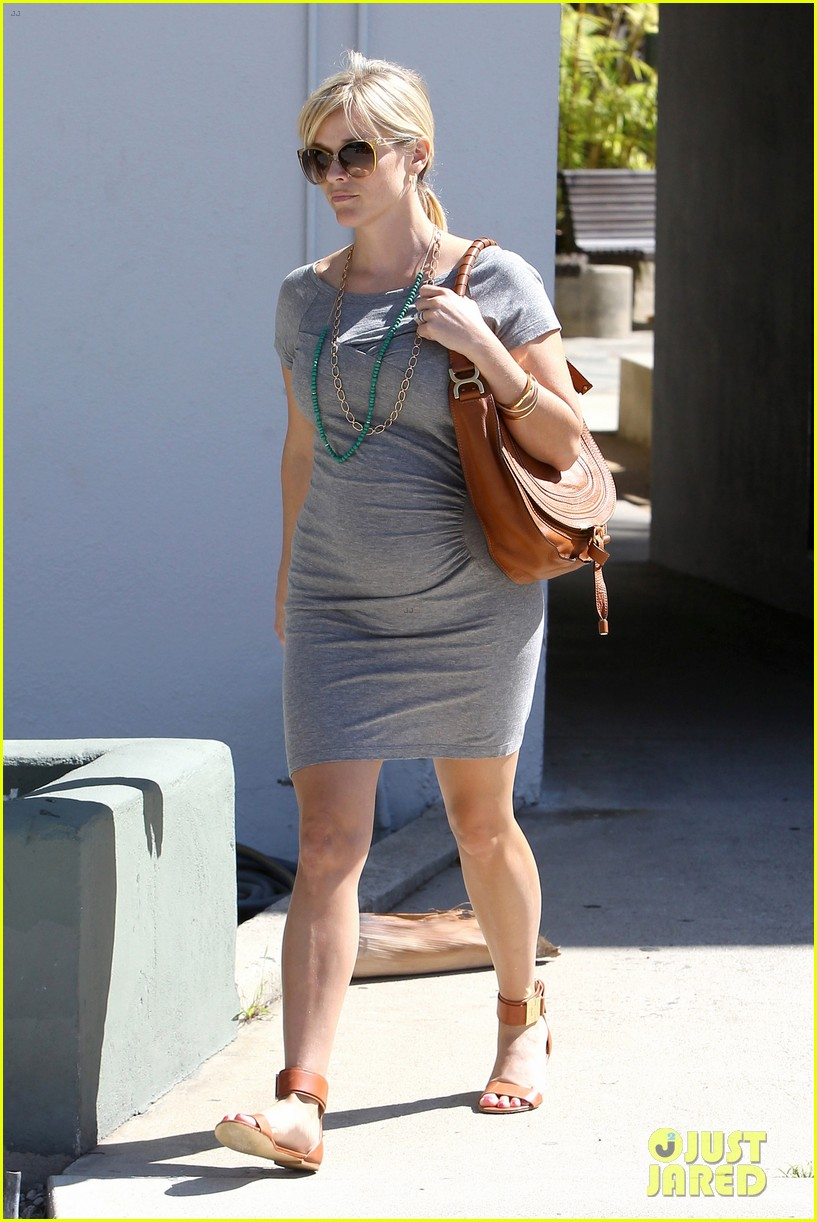 pregnant reese witherspoon office 022650337