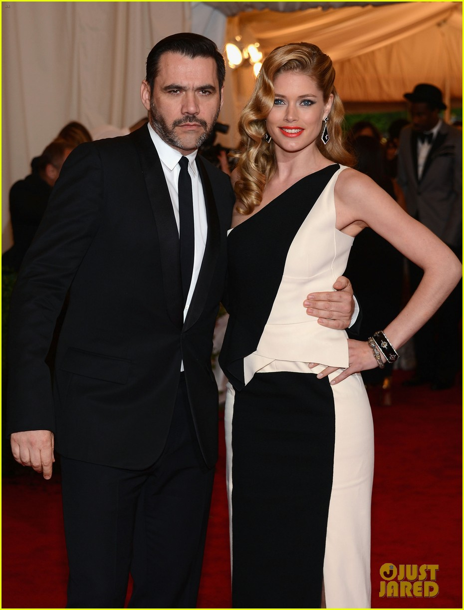 anne v doutzen kroes met ball 2012 13