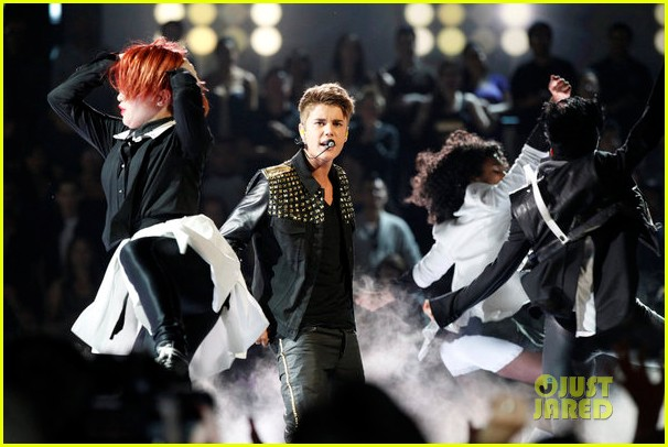 justin bieber performs boyfriend on the voice 082659405