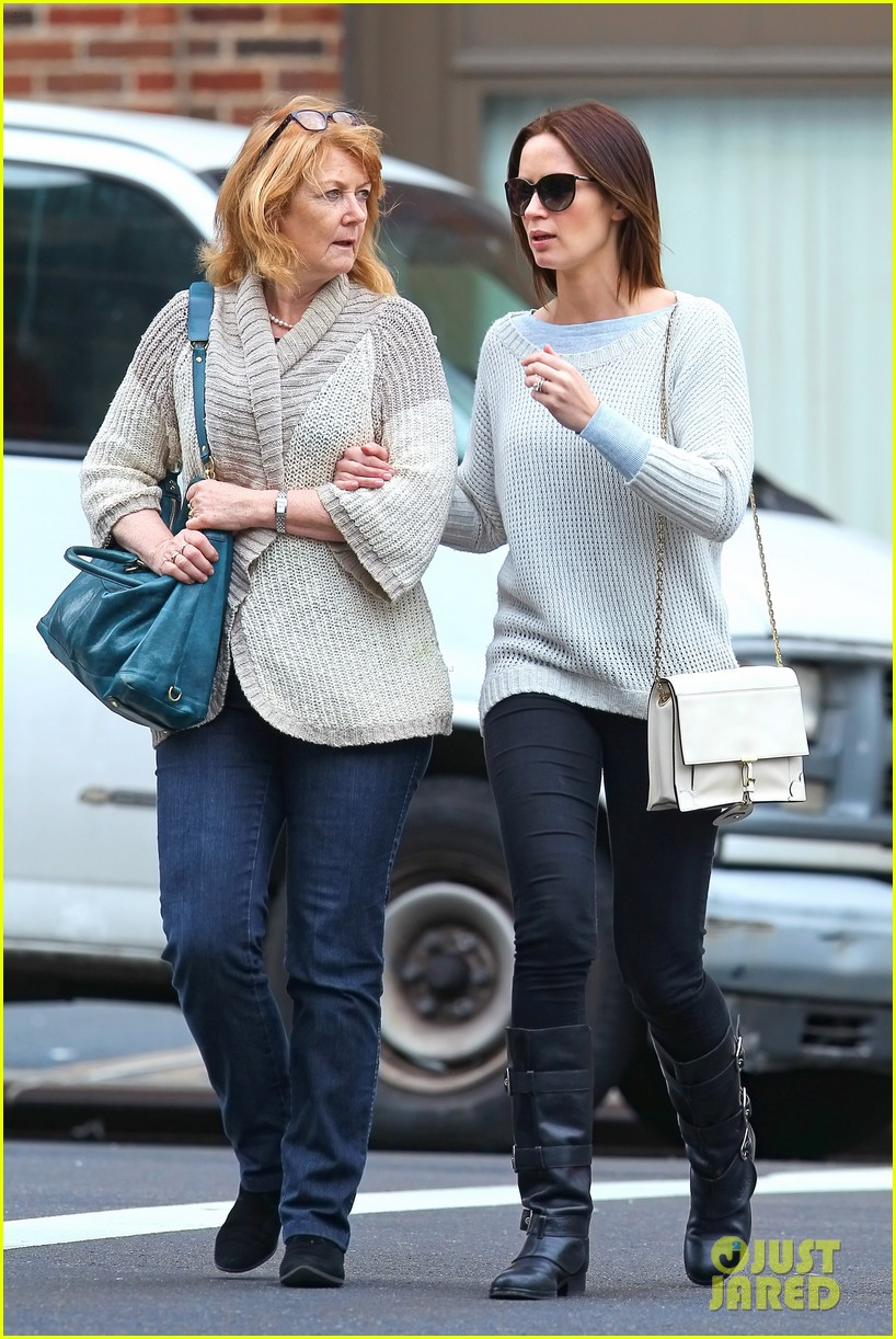 emily blunt walk with mom 06