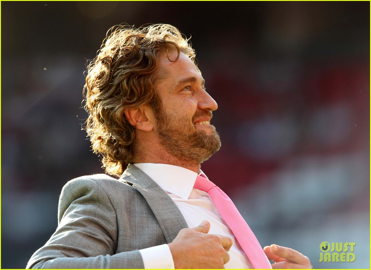gerard butler soccer aid 01