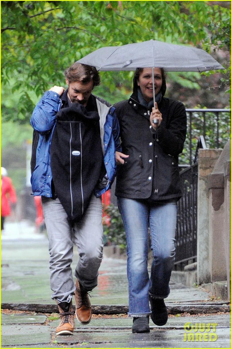 maggie gyllenhaal peter sarsgaard gloria rainy stroll 052656809