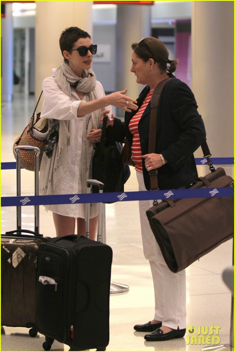 anne hathaway miami airport exit 06