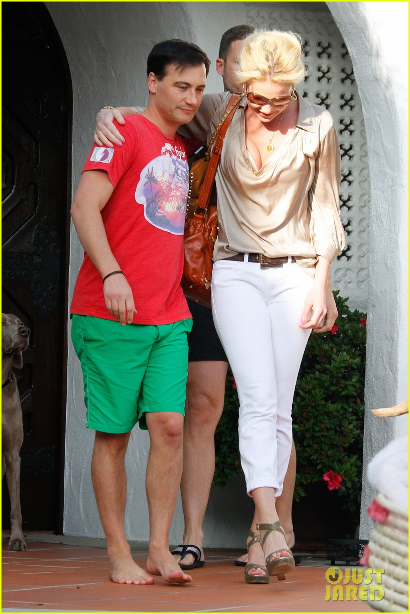 http://cdn03.cdn.justjared.com/wp-content/uploads/2012/05/heigl-mothersday/heigl-mothers-day-04.jpg