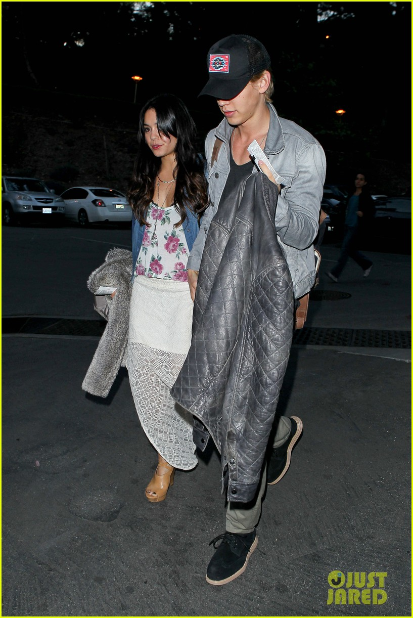 vanessa hudgens austin butler coldplay concert 15