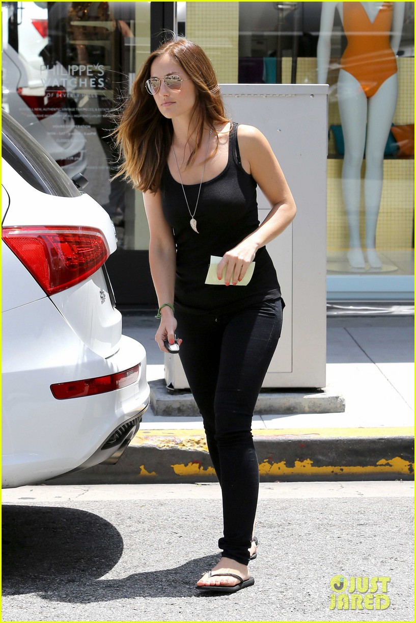 minka kelly police officer errands 09