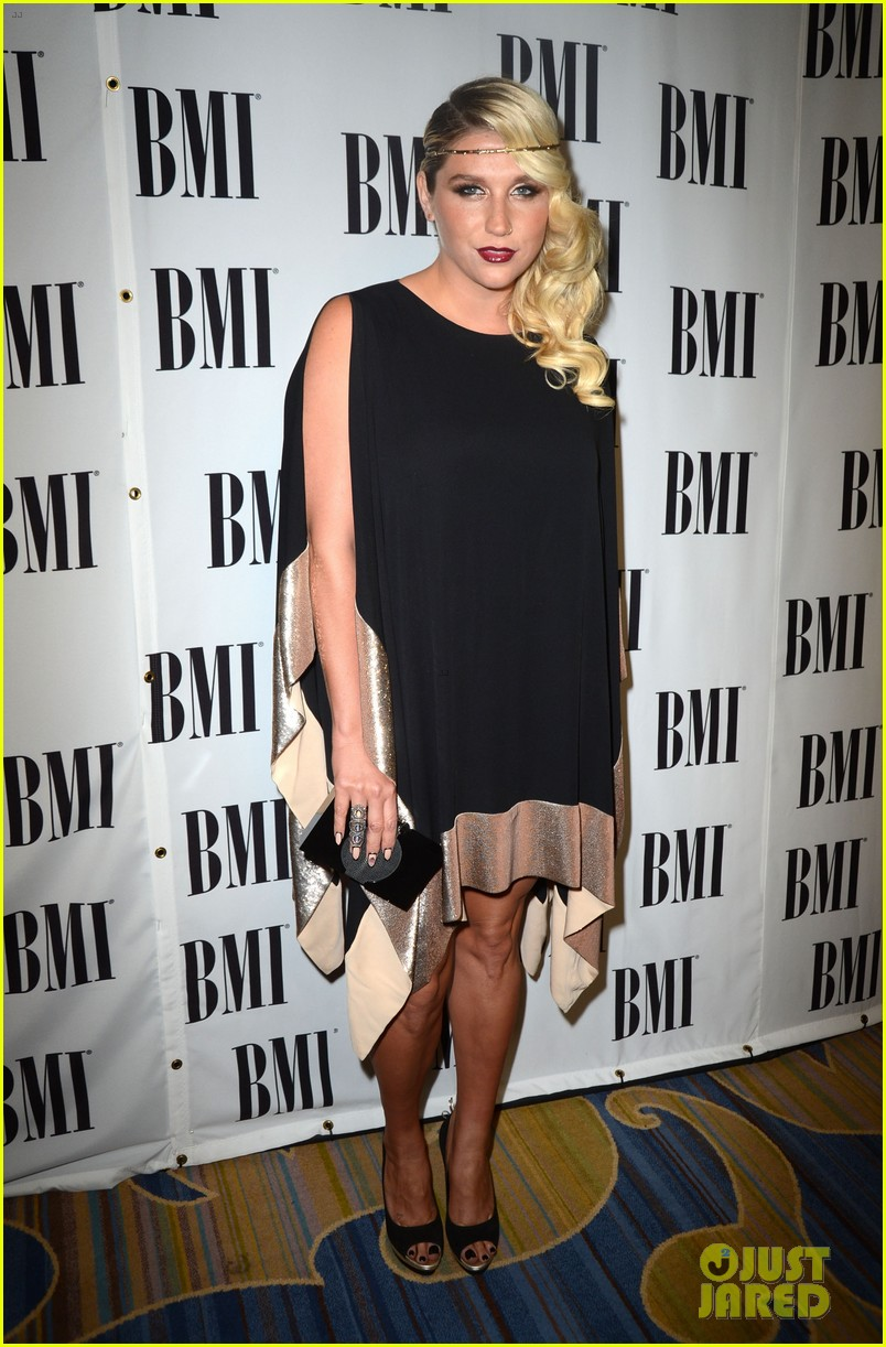 Kesha >> Galería [Candids, apariciones, paparazzi, etc.] - Página 5 Kesha-60th-annual-bmi-pop-awards-07