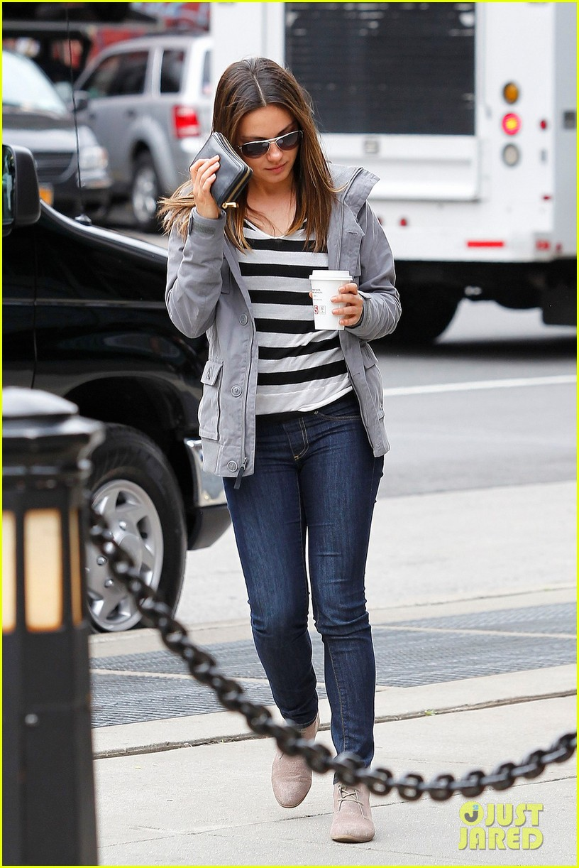 mila kunis coffee run 01