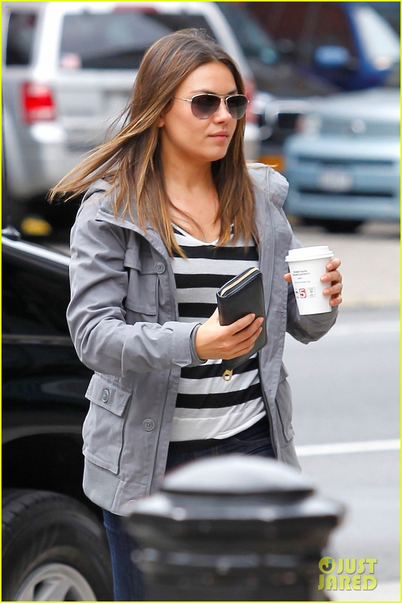 mila kunis coffee run 02
