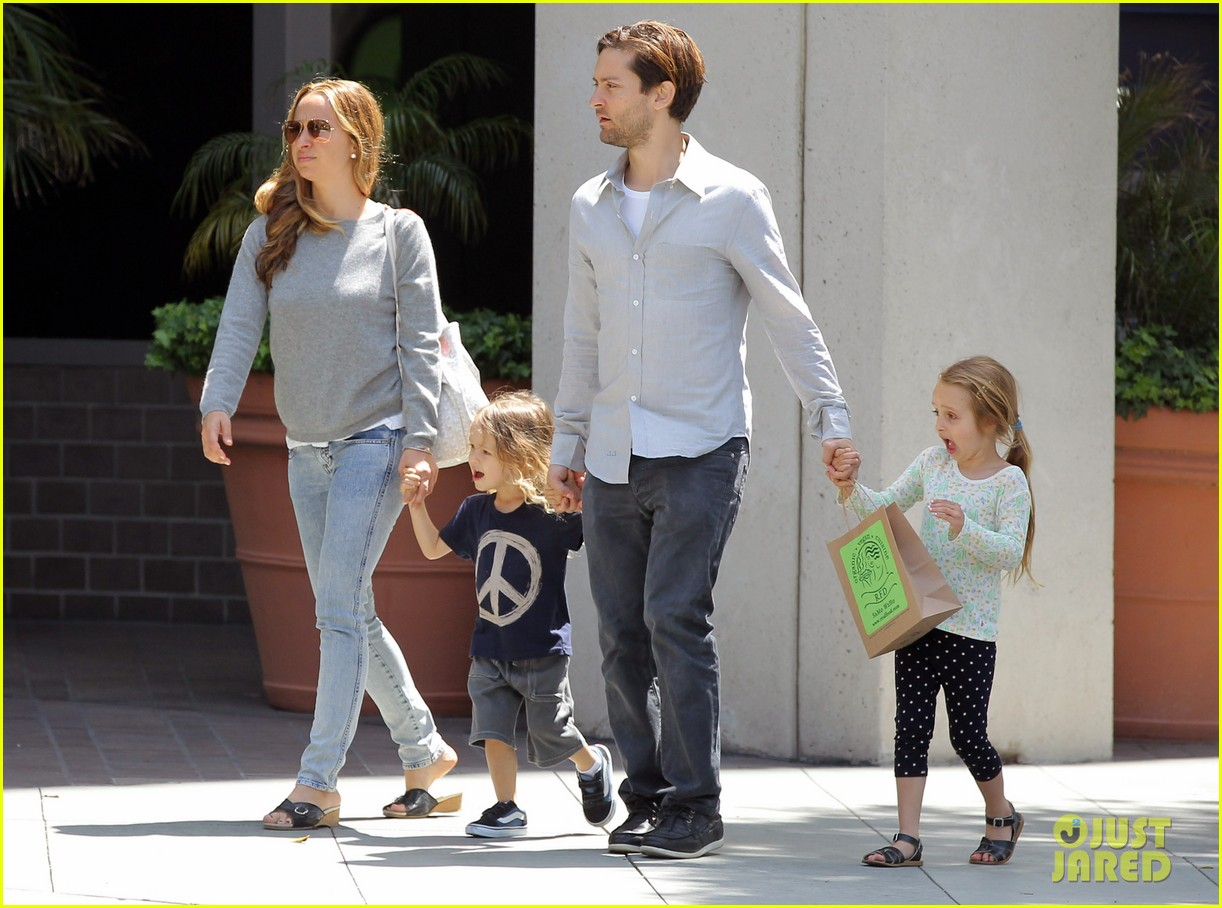 tobey maguire family stroll 04