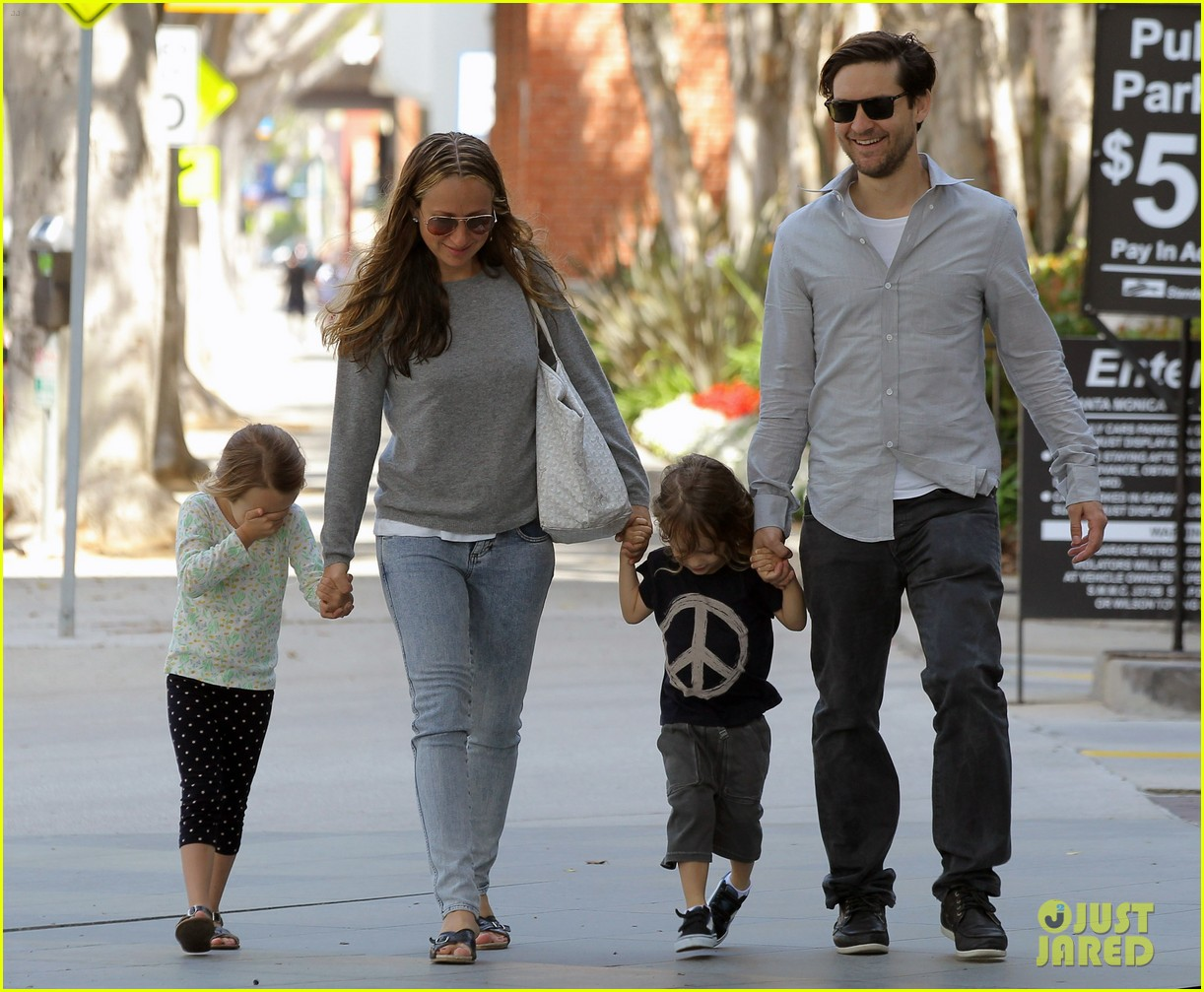 tobey maguire family stroll 15