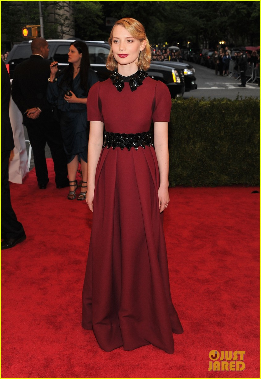 mia wasikowska 2012 met ball 02