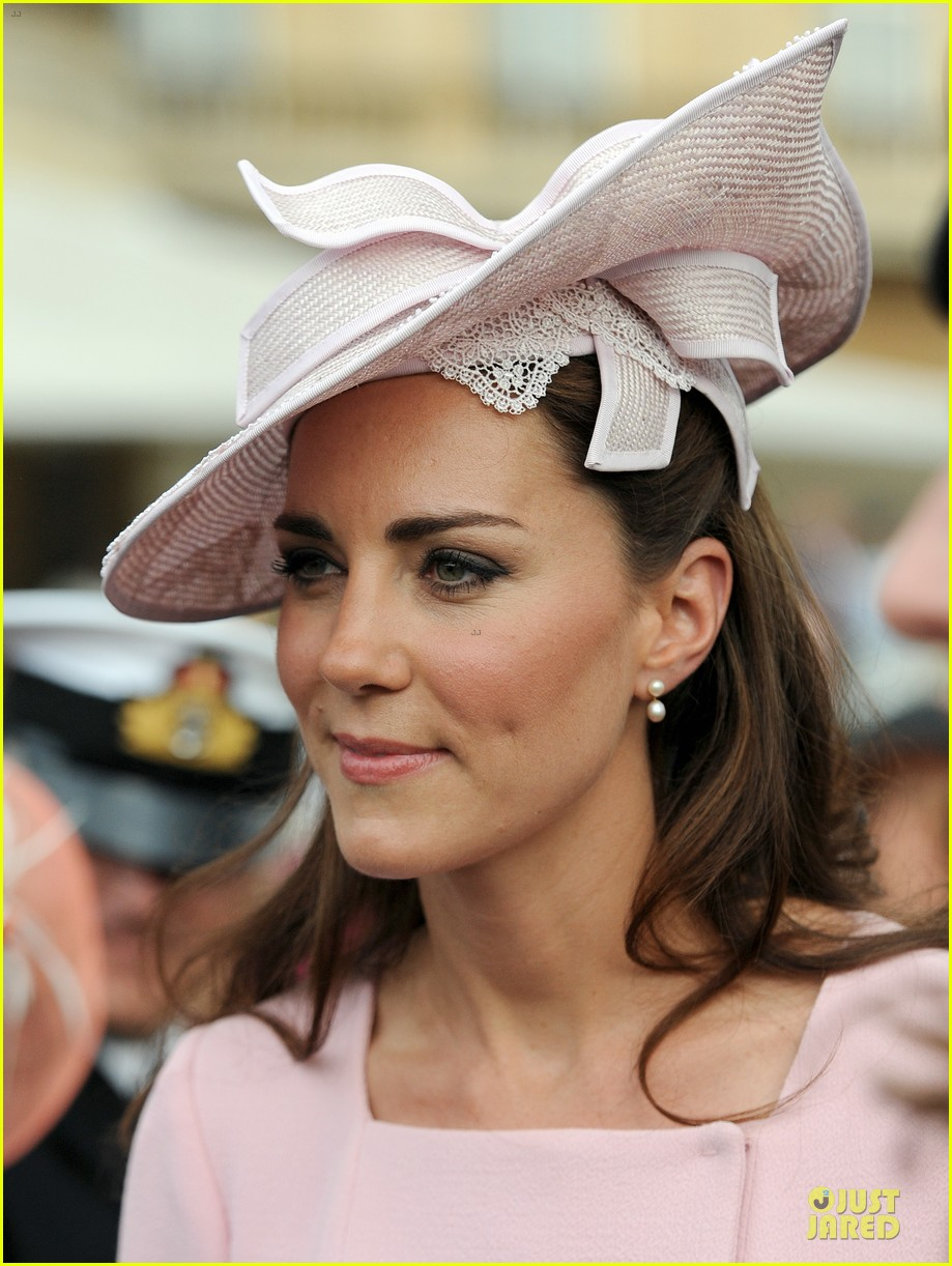 kate middleton buckingham tea party 042668070