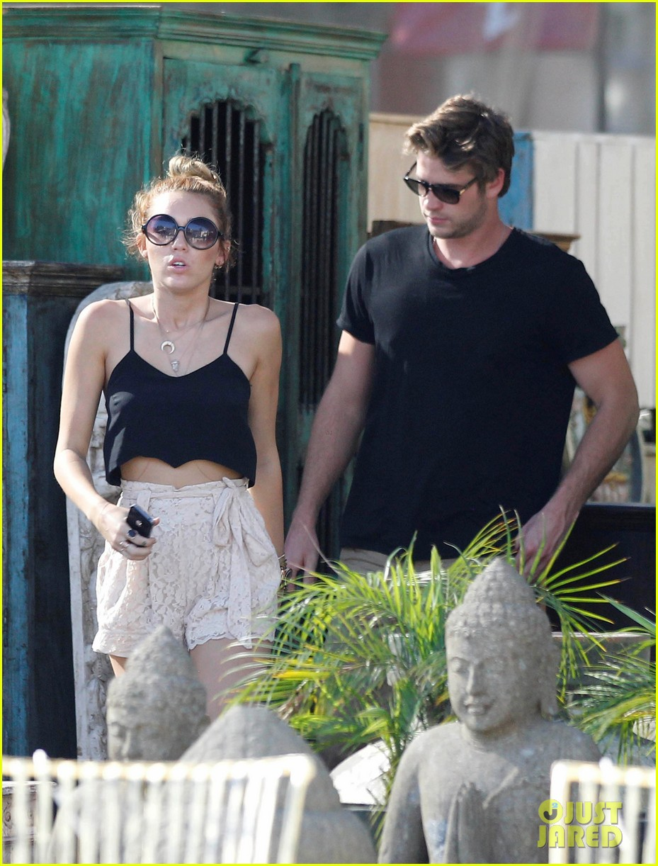miley shopping with mom and liam 03