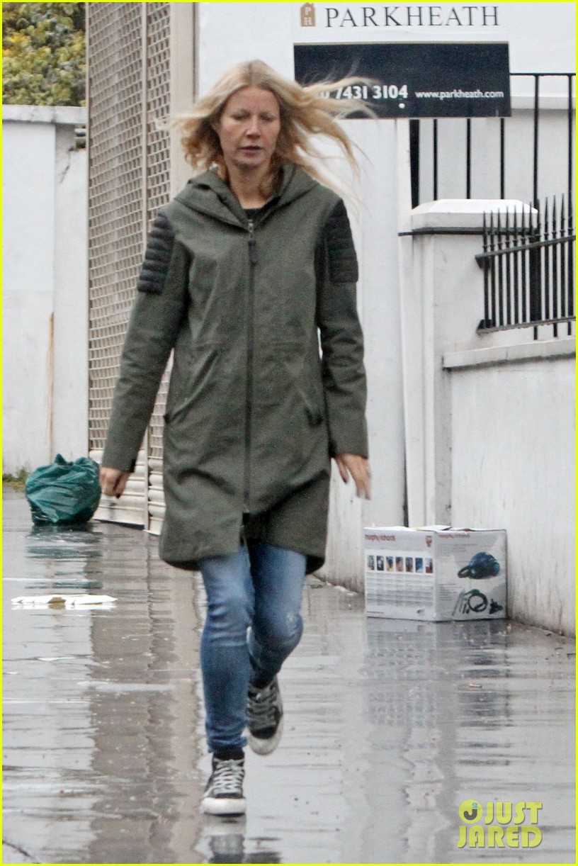gwyneth paltrow kids scooting in the rain 032656172
