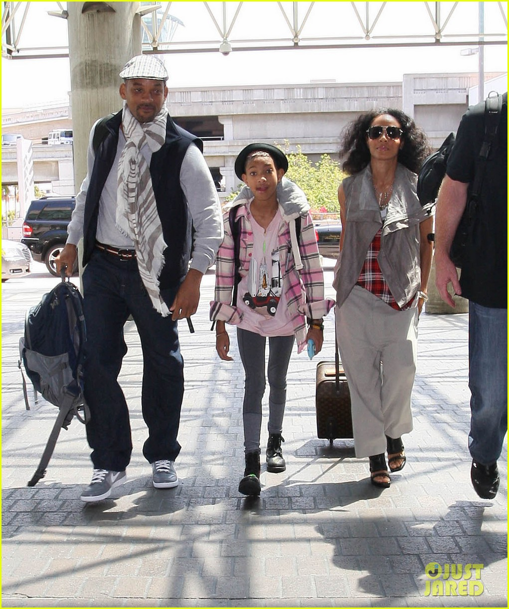 willow smith catches flight at lax with mom dad 01