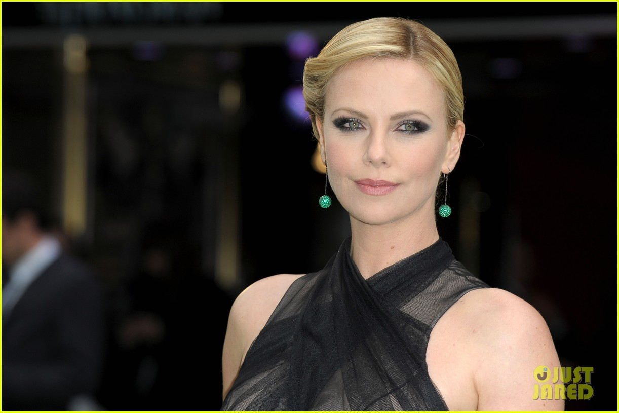 charlize theron kristen stewart snow white world premiere 072661894